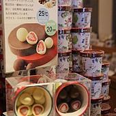 六花亭-很有特色的產品,用巧克力包著草莓,酸酸又甜甜