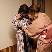 麻煩可愛的日本女孩幫我穿浴衣~* 她好貼心唷~