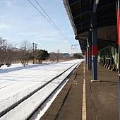 月台邊,鐵軌覆滿了白雪,是在台灣看不到的景色呢