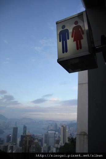 聳立在屋頂喊天空之間的廁所