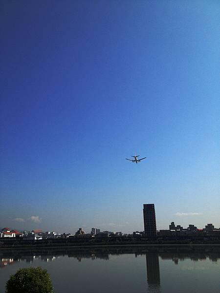 騎腳踏車看飛機降落