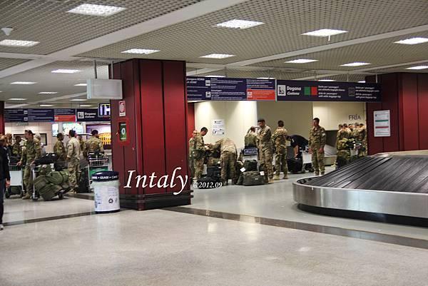 下飛機遇到義大利軍人,各個都超級粗壯,還不知道能不能拍,緊張兮兮