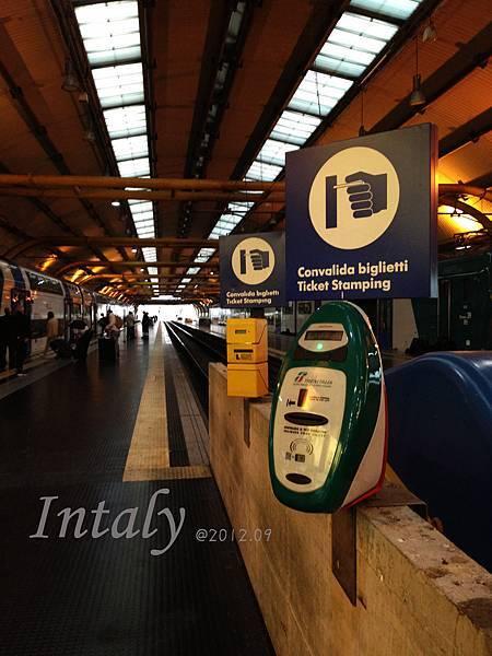 在義大利搭車,記得一定要在進車前刷票唷!