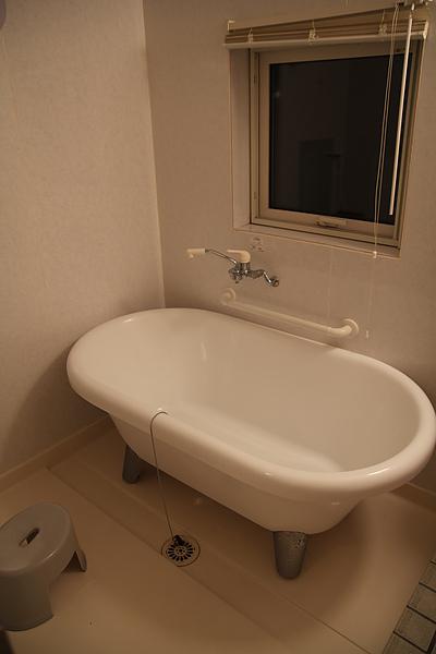 日本人一定很愛泡澡,浴室再小也要塞進浴缸