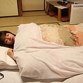 假裝睡覺~* 日本鋪床不但不難睡,整個是超級好睡的耶!!! 好柔軟的棉被