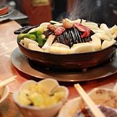 成吉思汗達摩烤肉 小小鐵盤冒著熱煙~ 肉塊超讚的(我們還多點了一盤呢)!