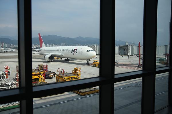 終於看到我們的JAL班機了! 說是駕駛操作盤有零件壞掉,從桃園中正機場送來所以時間比較久,氣死~  松山怎麼連零件也沒有