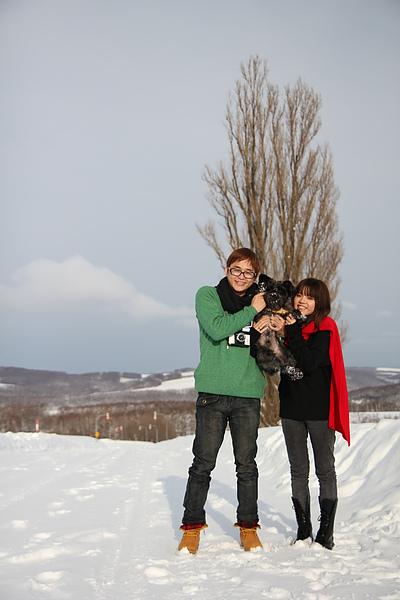 和可愛的民宿狗狗一起合影.雪地裡,毛髮照起來更顯得透亮