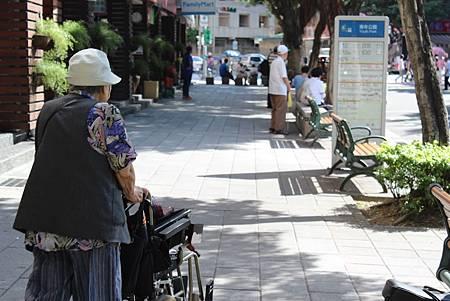 奶奶推輪椅
