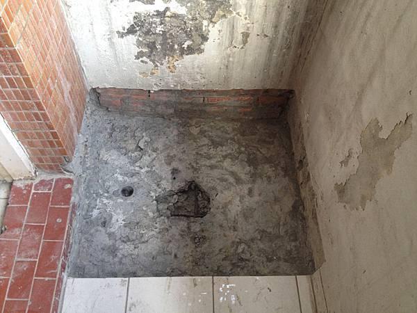 5.樓上陽台地板打除之後發現地板有一處結構比較差的地方,也就是漏水原因所在