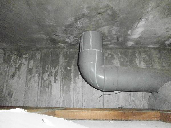 02施工前(樓下觀察天花板上方污水管邊及樓板裂縫漏水)