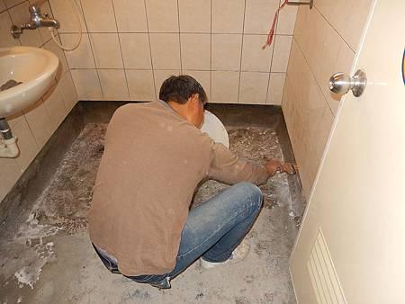06施工中(地板清潔完後防水材打底)
