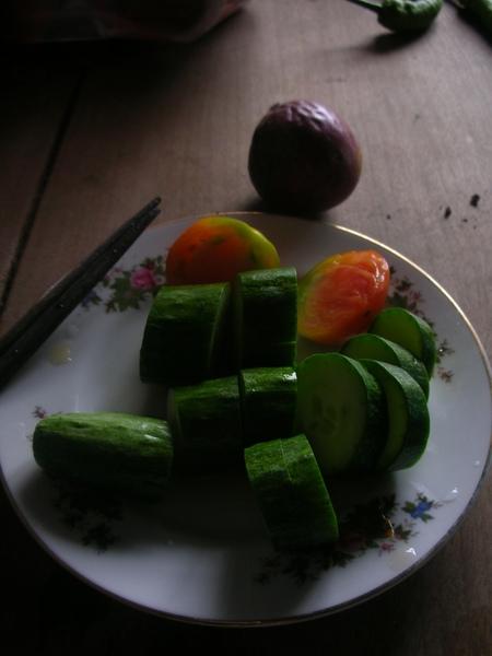 現摘小黃瓜、蕃茄配百香果