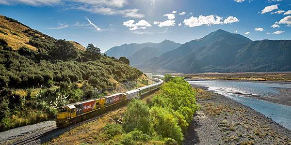 tranz-alpine-train-at-waimakariri-river