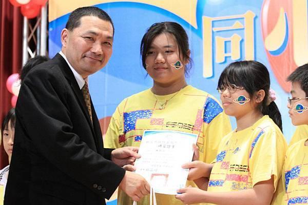 貴賓們頒發研習證書及獎品給表現優異的學員1