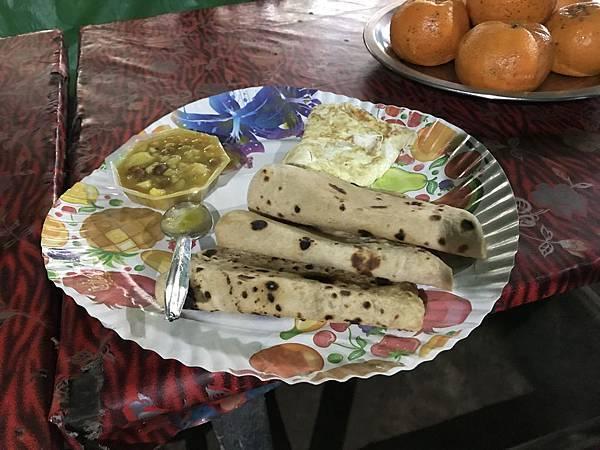 早餐印度煎饼加荷包蛋。