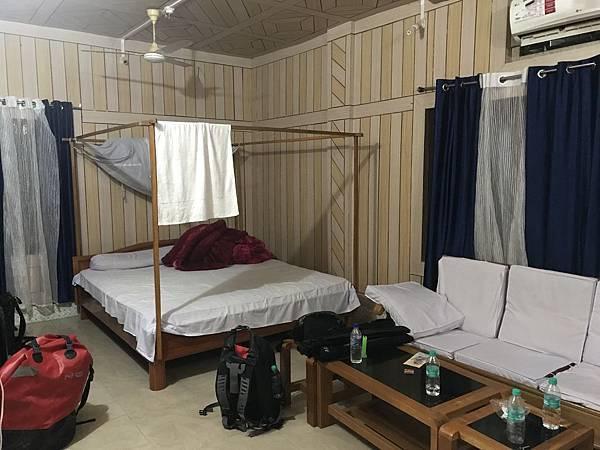 三人挤在这里过夜,还有舒服的热水可以冲凉。