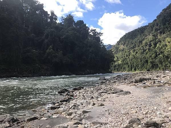 河道两旁多是这类岩石构成