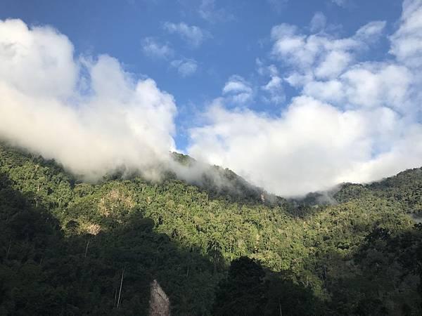 群山环绕云烟袅袅