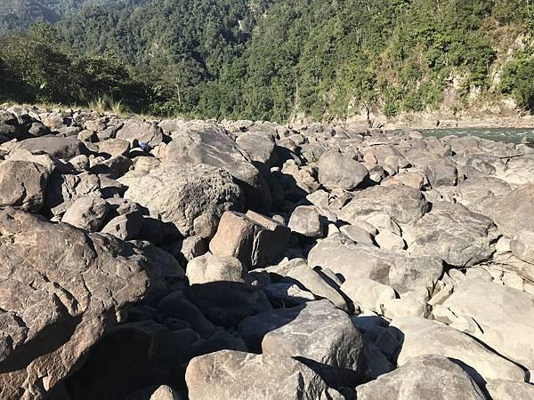 这趟钓游千辛万苦就是要跨越这些石头阵才能抵达心水标点