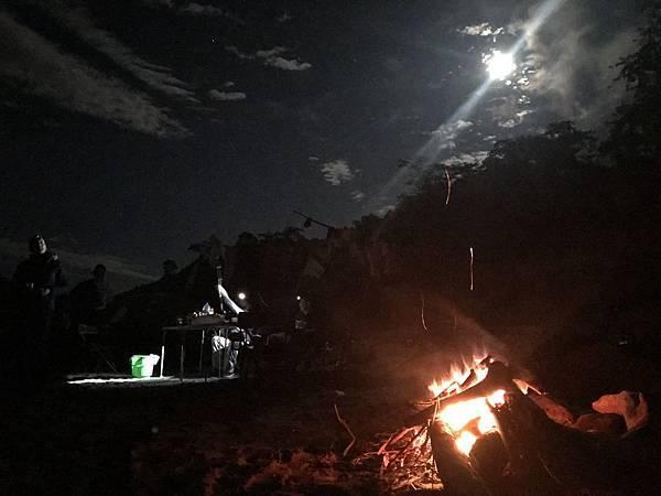 月亮、篝火还有带着头灯的钓鱼人。
