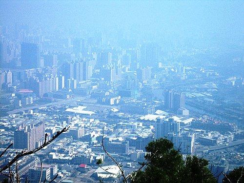 尖山山頂鳥瞰高雄市.jpg