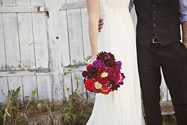 outdoor-real-wedding-2012-bold-bridal-bouquet__full