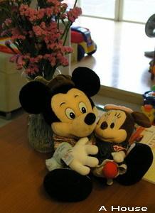 Mickey抱Minnie