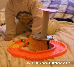 車軌道、CD收集盒、圓柱紙桶等物像堆積木堆成的東西