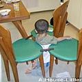 搬三張椅子,也搭了三座小橋,然後把自己卡中間。