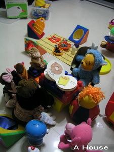 一起圍著桌子看書(3y1m2w)