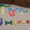 上面的大型字母,下面的一串字母(3y1m)