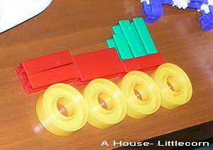 塑膠積木拼湊成火車(2y6m)