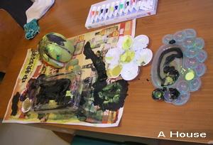 妝飾柚子帽及畫塑膠盒、報紙和水彩盤(3y3m2w)