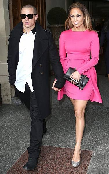 la-modella-mafia-Jennifer-Lopez-in-Paris-for-Spring-2013-fashion-week-pink-Valentino-with-a-studded-bag-clutch-front-row-at-the-show-2.jpg