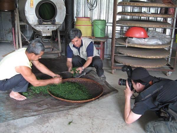 攝影師拍攝製茶過程