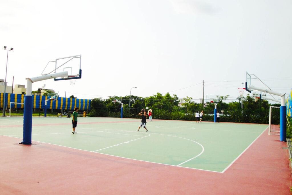 室外籃球場。