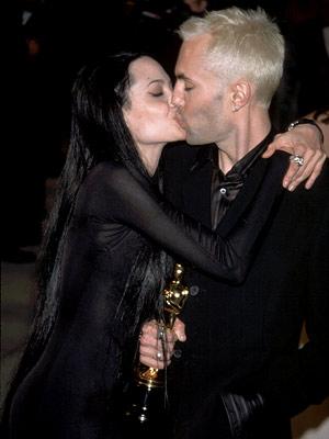 Angelina-Jolie-kiss-brother_300.jpg