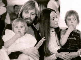 young_jon_voight_with_angelina_jolie_mother_marcheline.jpg