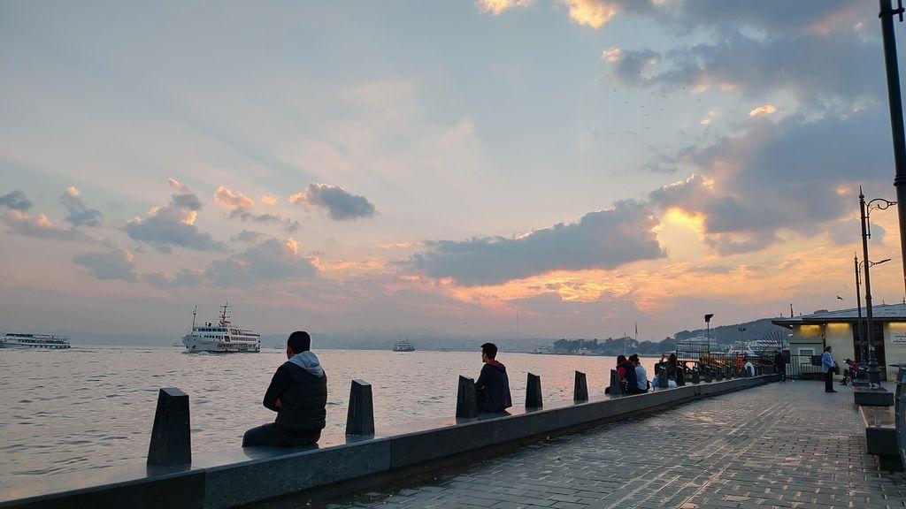 土耳其伊斯坦堡∣吃了就無法忘記的『烤雞翅大餐』Tatseven Restoran艾米努努碼頭旁