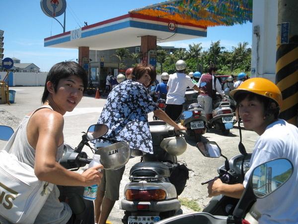 綠島這間應該是台灣最繁忙的加油站了.jpg