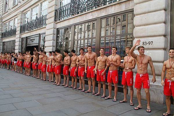 讓女人看了就瞬間不會游泳的救生員