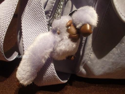 Kipling休閒包的小猴子可以將手指塞進嘴巴,超可愛