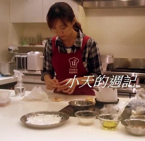 你知我知廚藝學院_花瓣番茄餐包&芝麻脆餅課程12_辣媽Shania示範如何將培根肉包在麵糰裡.jpg