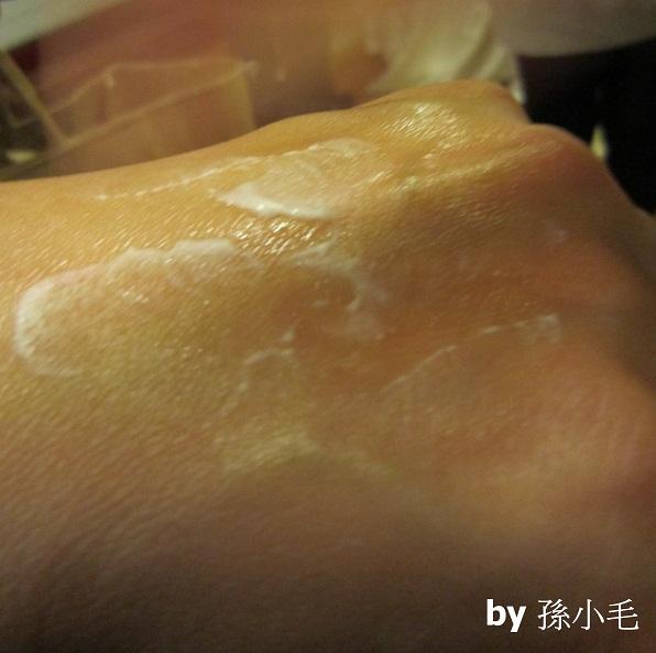 塗上油光終結瞬效乳 - 沒味道喔! 也不會讓我的皮膚發腫
