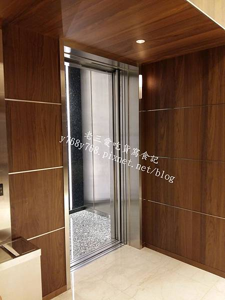 信義微風往45樓4樓客用電梯-老三愛吃貨寫食記.jpg