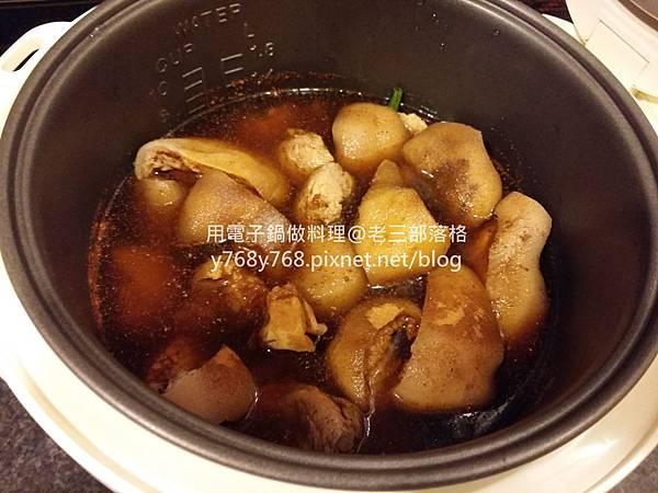 老三用電鍋做料理-有夠Q腿庫肉12.jpg