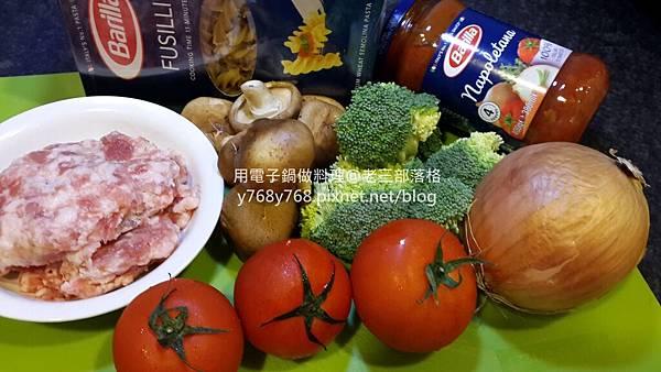 老三用電子鍋做料理-蕃茄義大利肉醬麵2.jpg