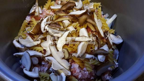 老三用電子鍋做料理-蕃茄義大利肉醬麵7.jpg
