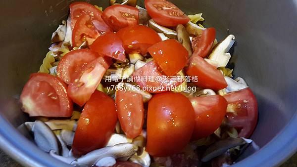 老三用電子鍋做料理-蕃茄義大利肉醬麵8.jpg